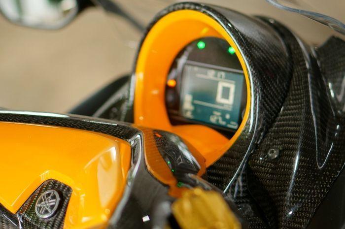 Warna interface carbon kevlar bertemu orange, terlihat berkelas