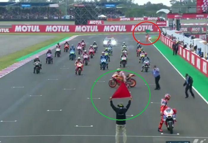 Bendera merah dan hijau sudah berkibar jelang start MotoGP Argentina saat Marc Marquez berupaya menyalakan kembali motornya.