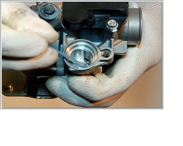 menggunakan cutton buds yang sudah diberi cairan carburator cleaner