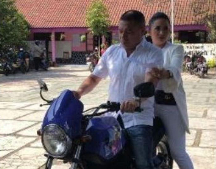 Krisdayanti dan Raul Lemos datangi TPS di Malang, Jatim naik motor.