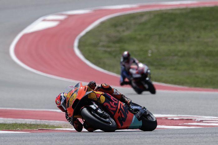 Pol Espargaro di atas KTM RC16 di saat raceday MotoGP Amerika Serikat tidak pakai perangkat aerodinamika spoiler seperti motor Ducati