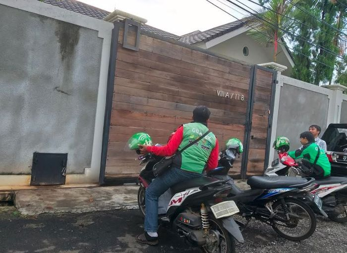 Tiga pengendara ojek online terpantau sedang berada di depan rumah Luna Maya