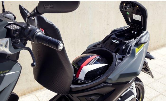 Jangan tinggalkan helm dalam bagasi motor terlalu lama
