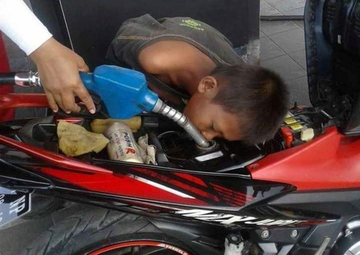 Bocah kecanduan ngisap bensin