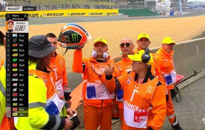 Alex Rins berikan helm sebagai penghormatan kepada marshall di MotoGP Prancis 2019