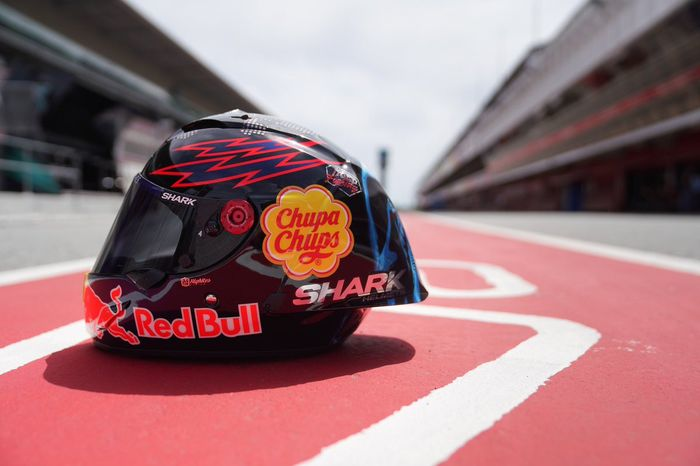 Desain helm spesial Jorge Lorenzo di MotoGP Catalunya dominan warna gelap dan tertera tulisan Bad Boy dan Keep Fighting