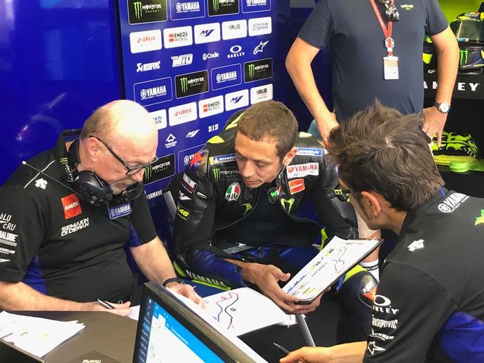 Valentino Rossi ogah crew chief Silvano Galbusera di timnya digantikan dengan yang lebih muda.