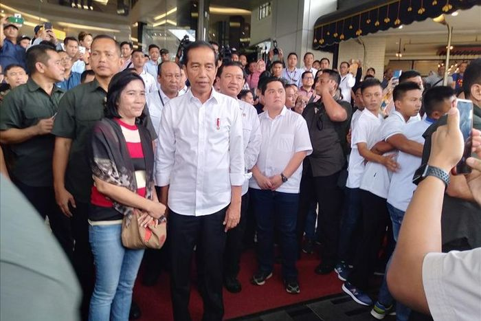 Setelah makan siang dengan Prabowo, Jokowi melayani warga yang mau selfie di FX Sudirman, Jakarta Pusat. Sabtu (13/7/2019).