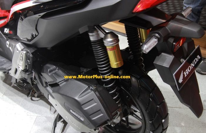 Double sokbreker belakang merek Showa dibenamkan di Honda ADV 150.