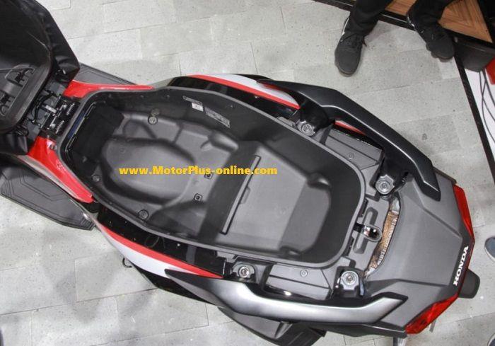 Bagasi Honda ADV 150 sangat luas.