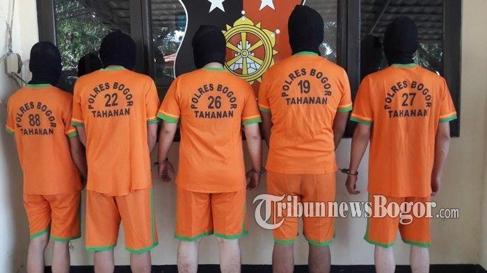 Lima orang pelaku penipuan dan penggelapan kendaraan bermotor ditangkap Polsek Babakan Madang