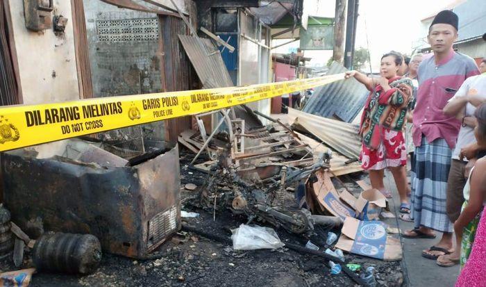 Kios bensin kebakaran di Jl. H. Mansyur Gondrong Kota Tangerang. Ini sebab Pertamina larang penjual bensin eceran