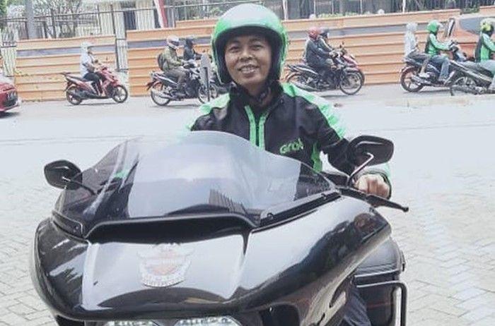 Driver ojek online naik Harley-Davidson Road Glide
