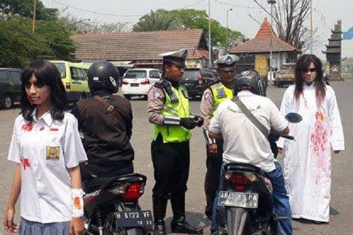 Scarry movie berkostum kuntilanak ikut operasi patuh Semeru 2019 di terminal Bus Bunder Kecamatan Kebomas Gresik, Selasa (3/9/2019).
