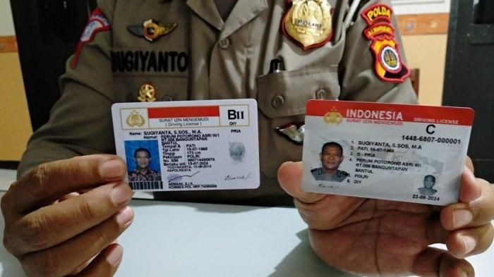 Kasi SIM Ditalantas Polda DIY, Kompol Sugiyanto menunjukkan perbedaan SIM lama dan Smart SIM, Rabu (25/9/2019).