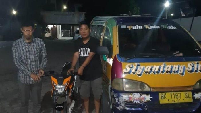 Kedua pelaku Curanmor (tangan diborgol), berhasil diamankan Satreskrim Polres Tanah Karo bersama barang bukti sepeda motor dan Angkot yang digunakan untuk menjual barang bukti, di Mapolres Tanah Karo.