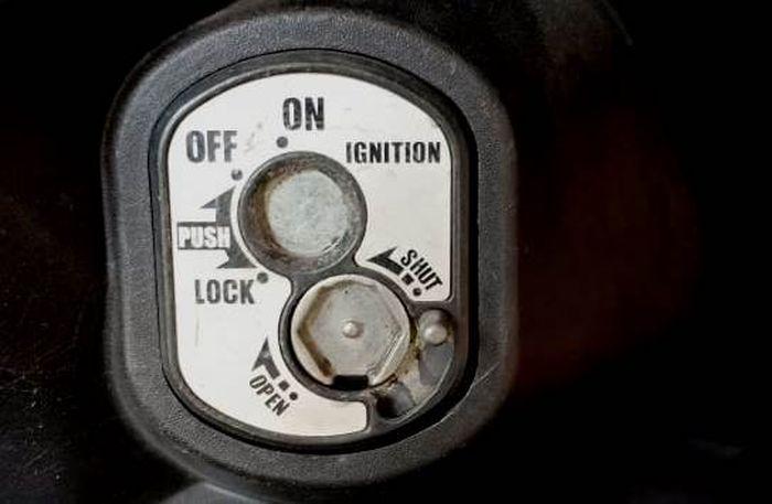 Scure key shutter di Honda BeAT. Lubang anak kunci dilengkapi penutup magnetik supaya maling tidak bisa memasukkan kunci T untuk menjebolnya