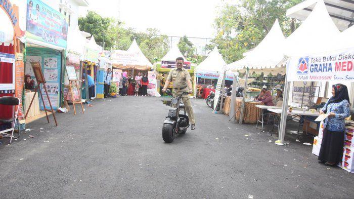 Aksi Syahrul Yasin Limpo saat mencoba motor listrik
