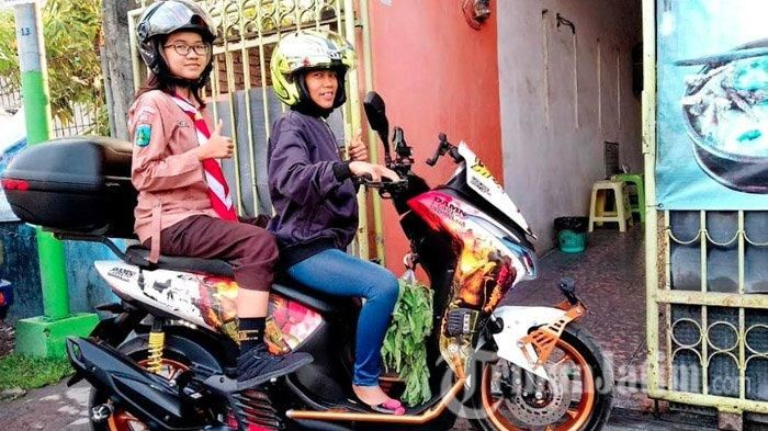 Cici Danny satu diantara Ibu-Ibu dari Komunitas Indonesia Lexi Club (ILC) Chapter Surabaya ketika sesudah menjemput anaknya dari pulang sekolah dan berbelanja dari pasar dengan mengendarai Yamaha Lexi.