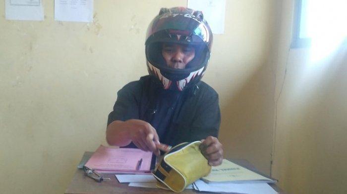 Foto yang diunggah akun twitter @smpn3bayat memperlihatkan seorang guru mengenakan helm di dalam ruangan kelas