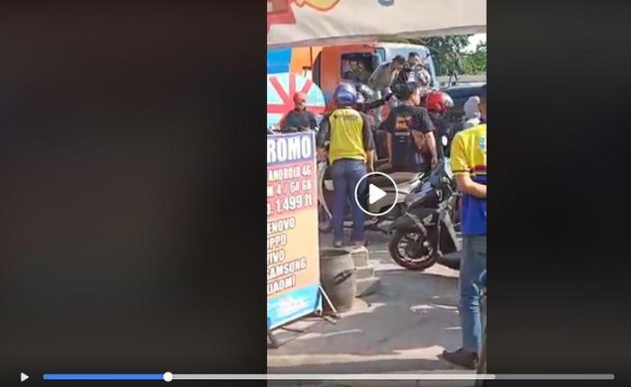 Sopir Kijang Innova dikeroyok dan mobil dihancurkan usai tabrak lari di Surabaya.