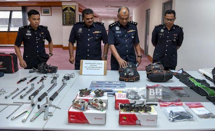 Barang bukti yang berhasil disita kepolisian Malaysia berupa spare part motor dan apparel balap.