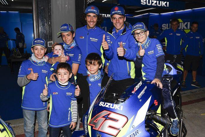 Alex Rins dan Joan Mir menemani anak-anak penderita kanker pada balapan MotoGP Valencia 2019 lalu