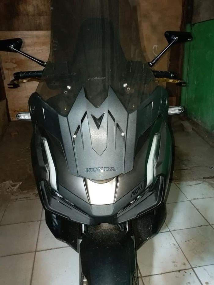 Pet helm bawaan Honda ADV jika di tarik sisi sampingnya, jadi tameng bodi depan