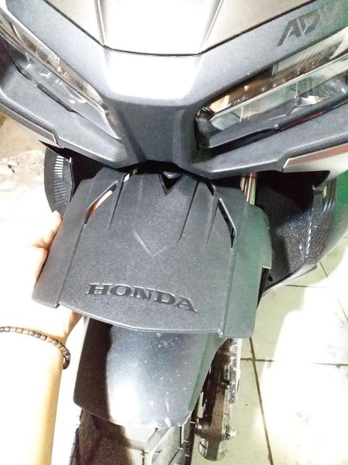 Pet helm bawaan Honda ADV 150 bisa jadi duck fender