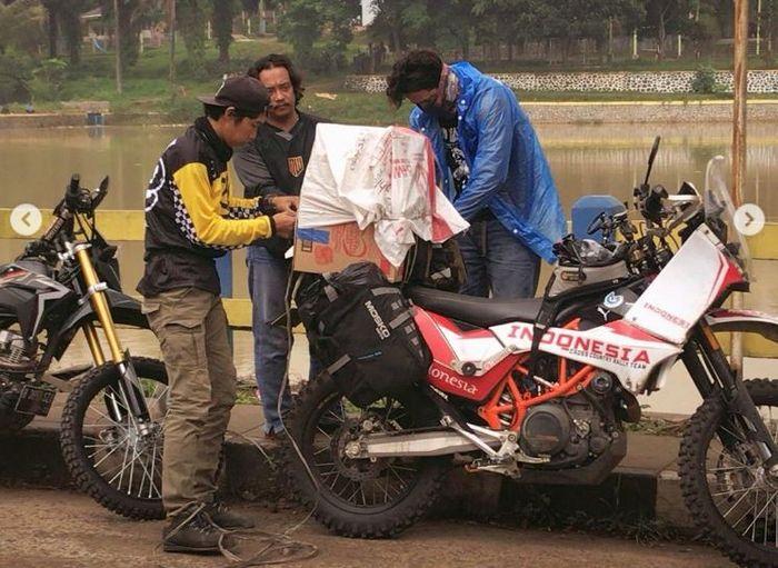 Anggota komunitas motor trail membawa bantuan logistik untuk korban tanah longsor di Bogor, Jawa Barat.