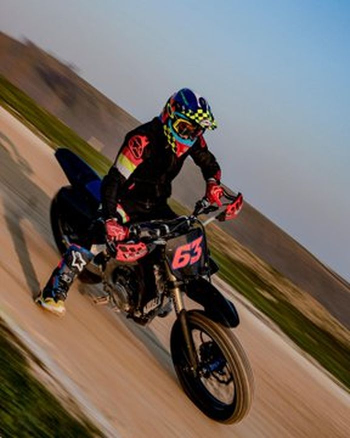 Francesco Bagnia langsung ngegas motor dirt track setelah sekian lama istirahat dalam rangka penyembuhan cedera tangannya yang diderita di MotoGP Valencia 2019 lalu