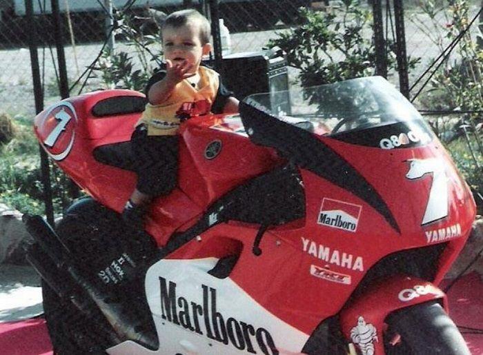 Iker Lecuona bayi saat berpose di atas motor Yamaha milik Carlos Checa.