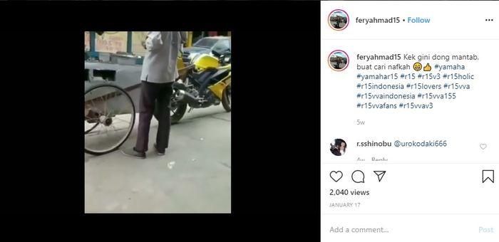 Terlihat sebuah motor sport berwarna kuning digunakan untuk berjualan keliling
