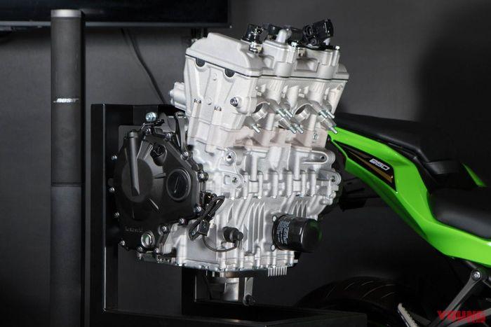 Kawasaki Ninja 250 4 silinder/ZX-25R mengusung mesin 249 cc 4 silinder DOHC 16 klep.