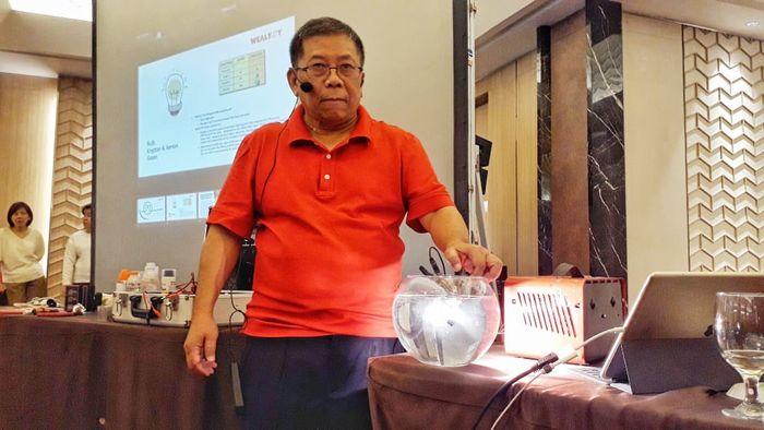 Arief Hidayat, CEO PT Foerch Indonesia-Wealthy Group memperlihatkan kemampuan lampu yang tangguh