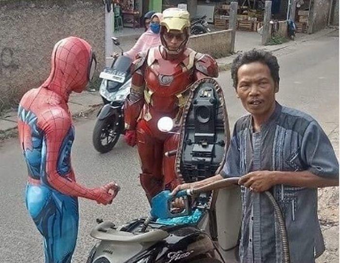 Dua sosok superhero terciduk kamera saat membeli bensin eceran