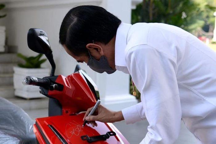 Lelang skuter listrik Gesits bertanda tangan Presiden Jokowi terjual Rp 2,55 miliar