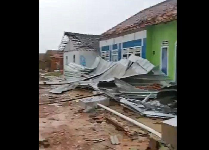 Kondisi rumah warga hancur usai puting beliung.