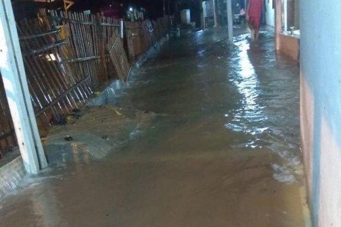 Banjir air laut menggenang rumah warga, bikin pemotor panik.