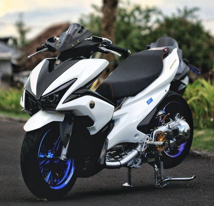 Modifikasi Yamaha Aerox, dibalut kelir putih lembayung biru.