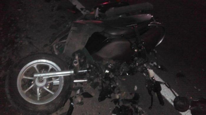 Kondisi motor korban rusak parah setelah terlibat kecelakaan di di Jalan Raya Desa Pulosari, Kecamatan Ngunut, Tulungagung.