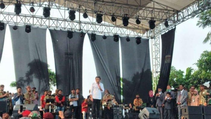 Penyanyi Rhoma Irama tetap manggung di Pamijahan, Kabupaten Bogor meski sempat dilarang karena Pembatasan Sosial Berskala Besar (PSBB) Proporsional, Minggu (28/6/2020).