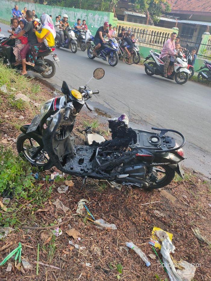 Honda Scoopy ambyar terbakar di daerah Simbang Wetan, Jawa Tengah dan diposting ke media sosial Facebook
