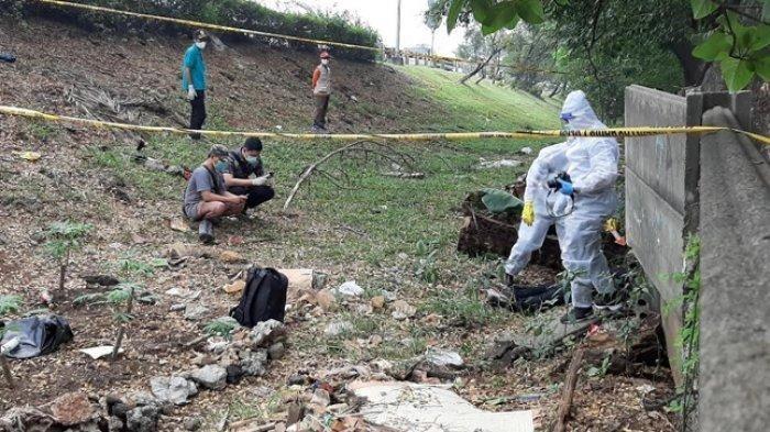 Tim identifikasi dari Polres Metro Jakarta Selatan memeriksa mayat yang ditemukan di Pesanggrahan, Jakarta Selatan, Jumat (10/7/2020)