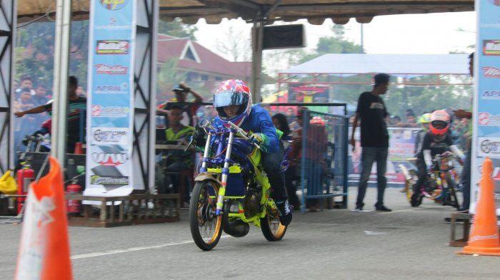 Pembalap dragrace yang kerap gesekan ban (burnout) sebelum start