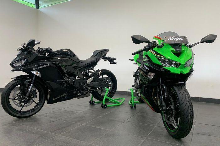 Kawasaki Ninja ZX-25R standar (kiri) dan ABS Special Edition (kanan).