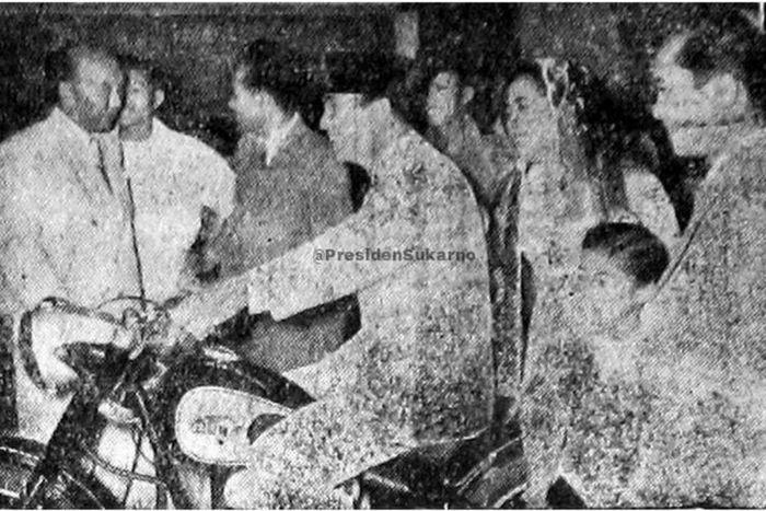 Presiden pertama Ir Soekarno tertangkap  kamera sedang motoran