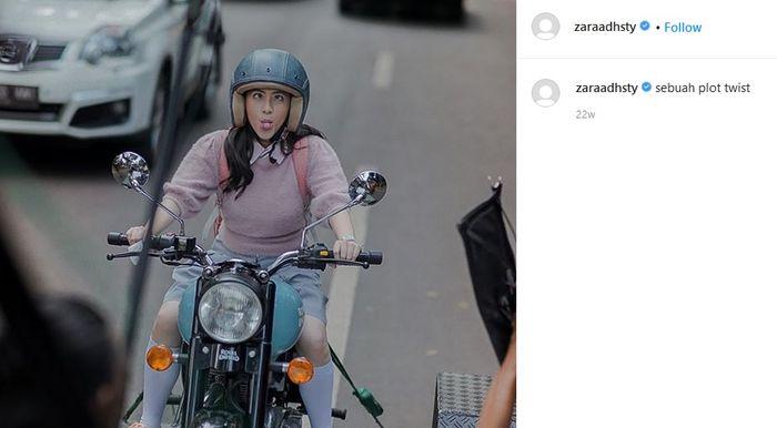 Adhisty Zara diatas motor Royal Enfield yang ditowing. Ini sih bohongan naik motornya