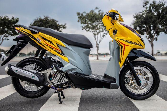 Honda Vario 125 dibalur warna kuning dan abu-abu.