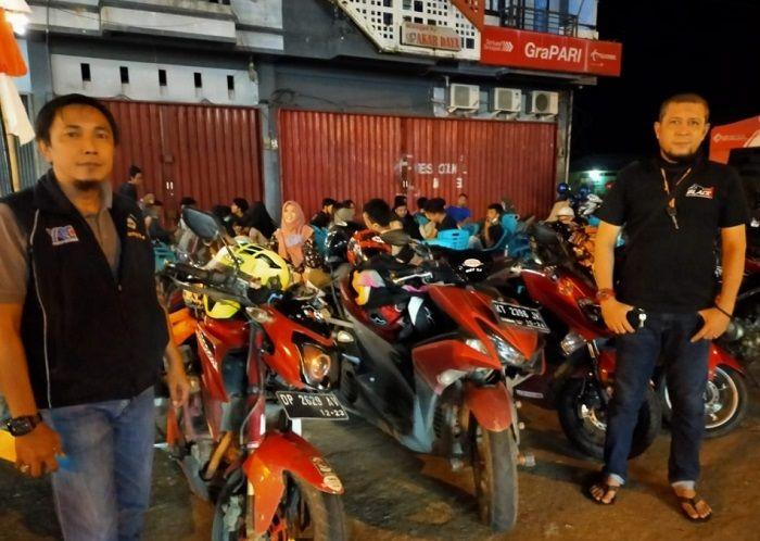 Bro Zulkarnaen dan Bro Agam Baraggan ikut menyambut kedatangan para ladies bikers ini.